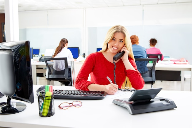 コールセンター作業所の金髪の女性実業家