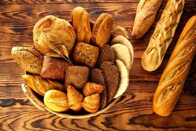 Хлеб разнообразный микс на столе из золотистого состаренного дерева