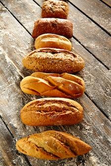 素朴な木と小麦粉のパン
