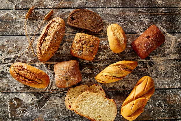 素朴な木と小麦粉を混ぜたパン