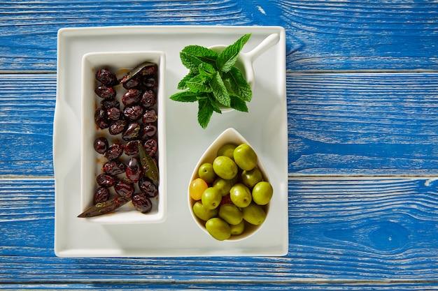 地中海のピクルスブラックオリーブとミントの葉