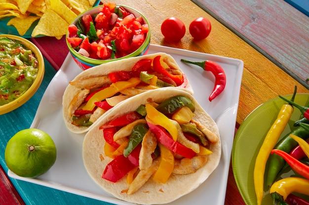 チキンファヒータタコスメキシコ料理グアカモレチリ