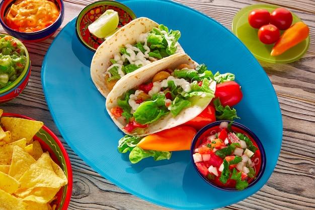 魚のタコスメキシコ料理グアカモレナチョスとチリ