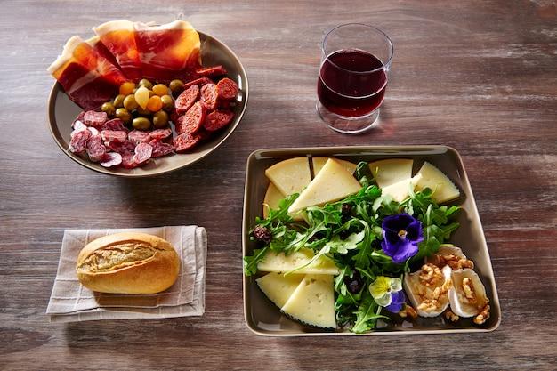 スペイン料理タパスハムソーセージとチーズサラダ