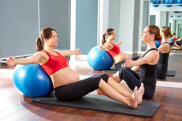 妊娠中の女性のピラティス運動フィットボール