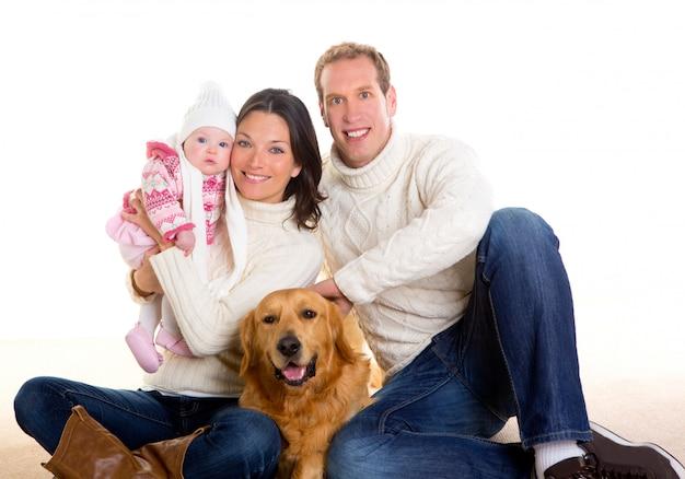 女の赤ちゃんの母親と父親の家族冬と犬に満足