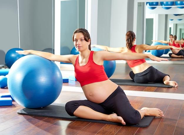 妊娠中の女性のピラティス人魚フィットボール運動