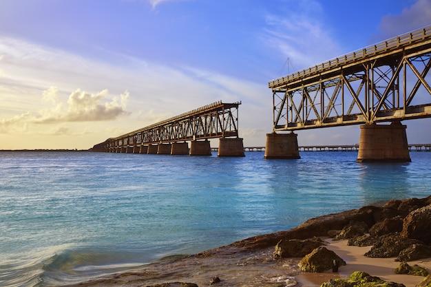 バイアホンダでフロリダキーズ古い橋の夕日
