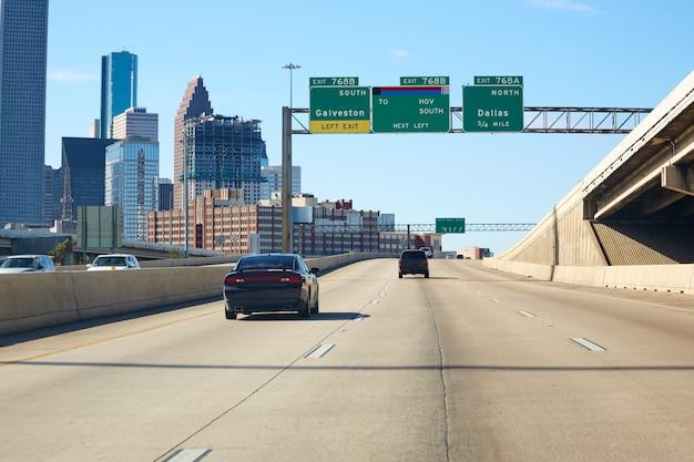 ヒューストンテキサスのダウンタウンの道路標識