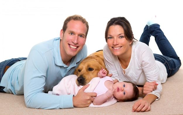 赤ちゃんの母親と父親の幸せな家族と犬