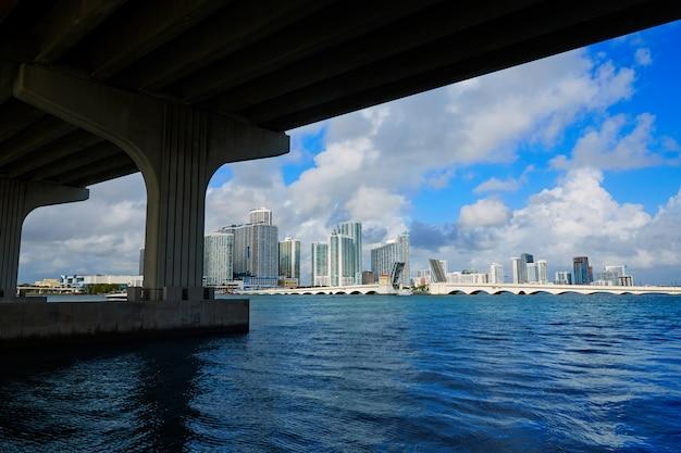 フロリダ州橋の下でマイアミのダウンタウンのスカイライン