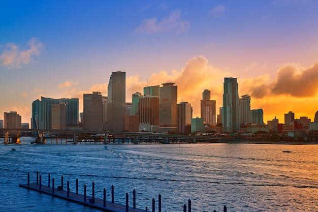マイアミのダウンタウンのスカイラインの夕日フロリダ米国