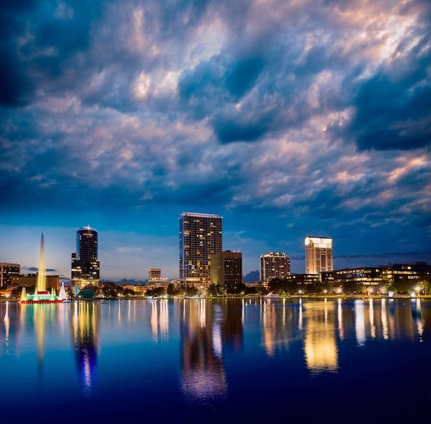 フロリダ州フロリダ州米国エオラ湖でオーランドのスカイラインの夕日