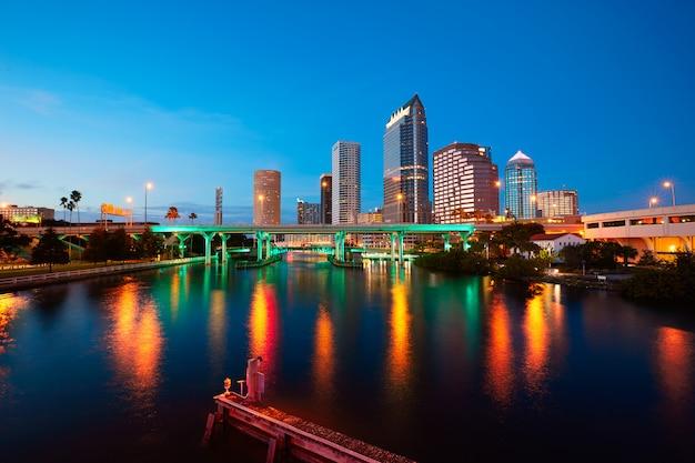 米国で夕暮れ時フロリダタンパスカイライン