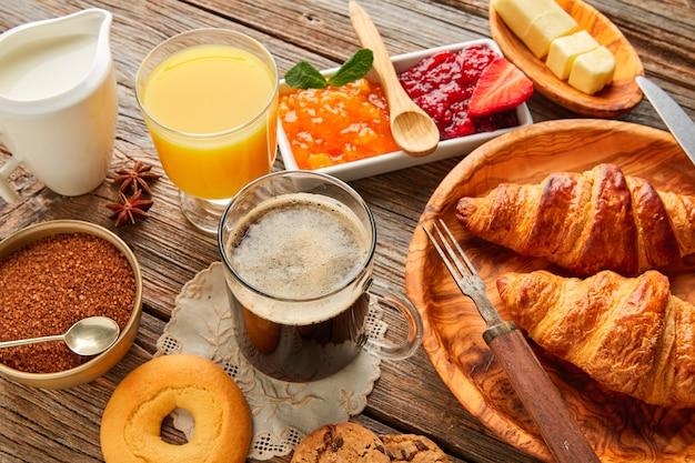 Континентальный завтрак, круассан, кофе, апельсиновый сок