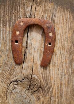 ビンテージ木に錆びたアンティークホースシュー運シンボル
