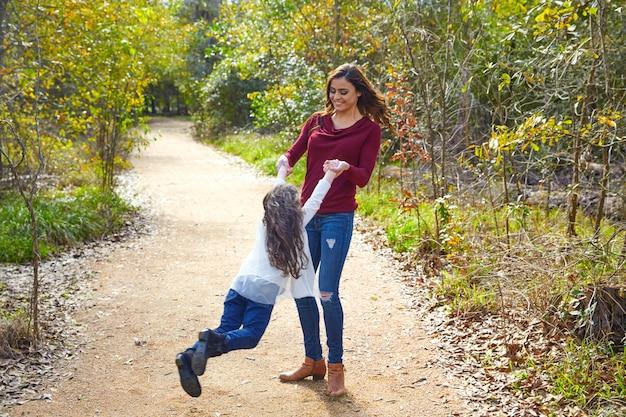 母と娘が輪になって回転