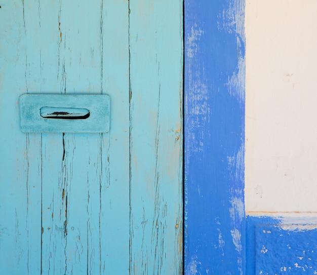 青と青緑色の地中海のドア