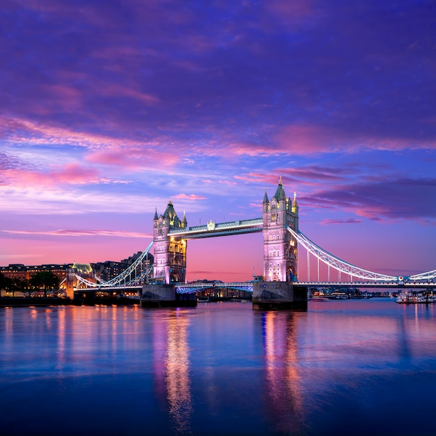 テムズ川にロンドンタワーブリッジの夕日