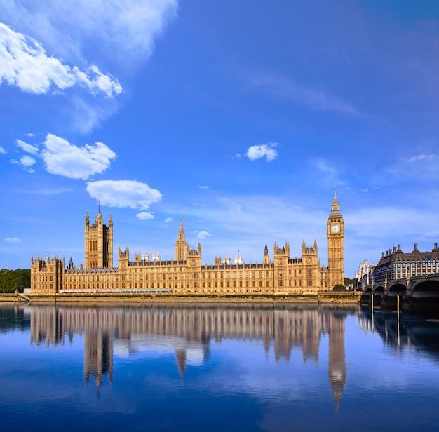 Биг бен часовая башня и река темза лондон