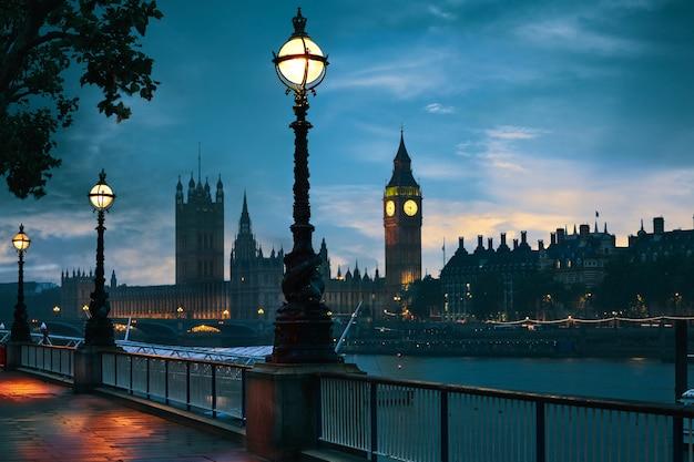 ロンドンのサンセットスカイラインビッグベンとテムズ