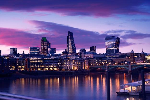 Лондонский горизонт закат на реке темзе