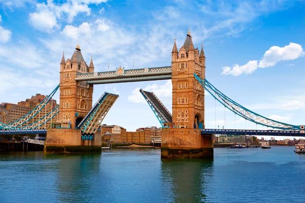 テムズ川に架かるロンドンタワーブリッジ