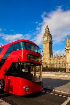 Биг бен часовая башня с лондонским автобусом