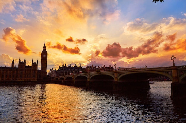 Биг бен часовая башня лондон на реке темзе