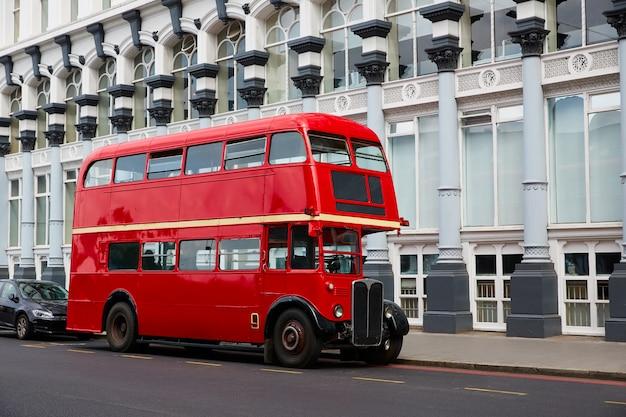 Лондонский красный автобус традиционный старый