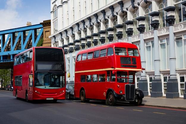 ロンドン赤バスの伝統的な古い