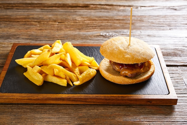 バーガーとフライドポテトポテトチップス