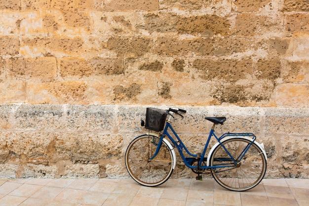 バレアレス諸島で歴史的なシウタデラ石の壁の自転車