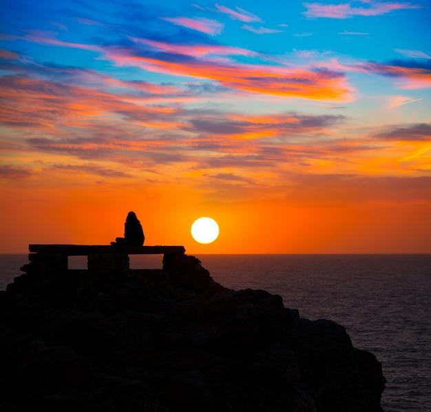 プンタナティシウタデラメノルカ島の少女と夕日