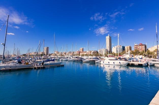 地中海のスペインのアリカンテマリーナポートボート