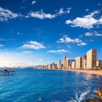 Пляж бенидорм аликанте в средиземноморской испании