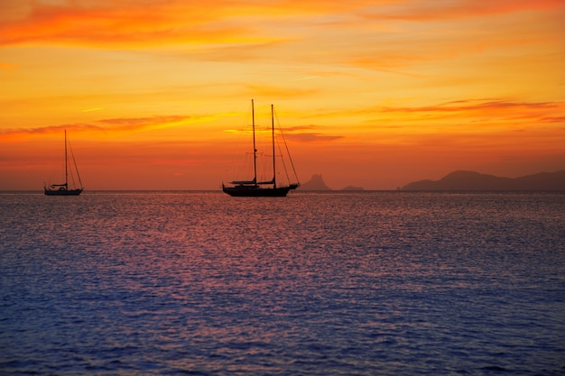 フォルメンテラ島からイビサビューのカラフルな夕日