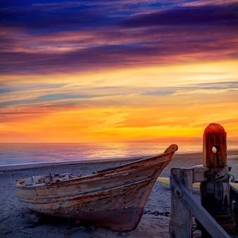 アルメリアカボデガタビーチでボートを浜