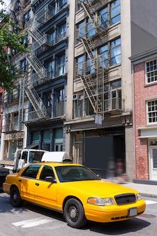 ニューヨークソーホーの建物黄色いタクシータクシーニューヨークアメリカ
