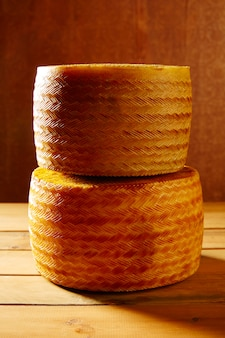 スペイン産のマンチェゴチーズ、木製のテーブル