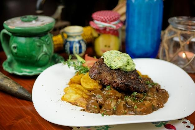 レストランでの牛肉料理