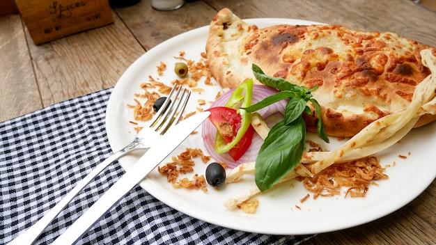 レストランのテーブルにカルゾーネ