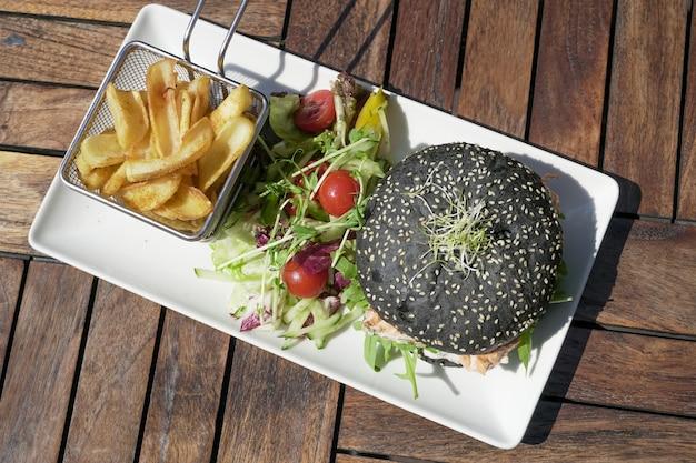 Гамбургер и картофель фри на столе
