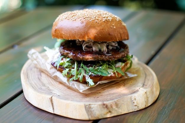 Мясной гамбургер в ресторане