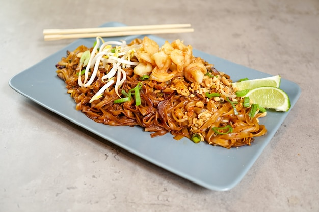 Азиатская еда в ресторане