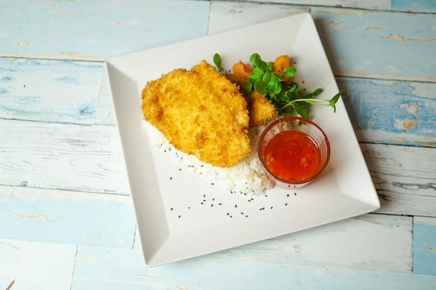 レストランのテーブルの上の鶏料理