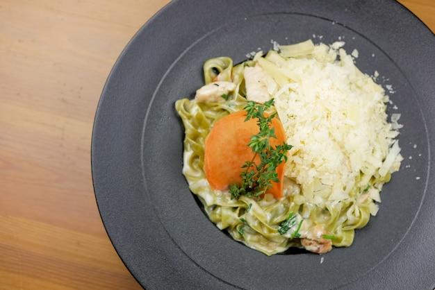 レストランのテーブルのパスタ料理