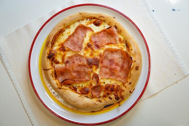 レストランのテーブルでピザ