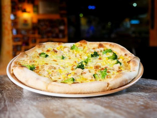 Пицца на столике в ресторане