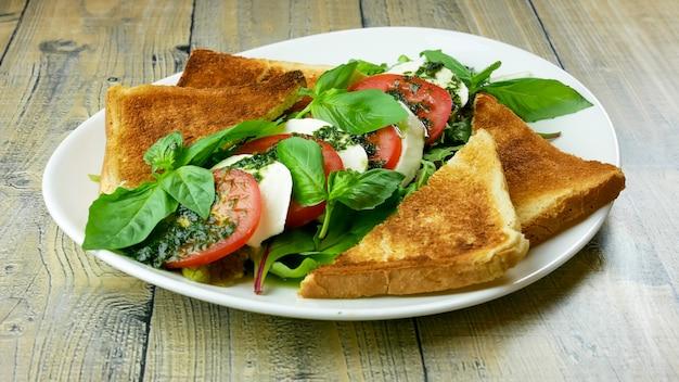 Салат на столик в ресторане с хлебом